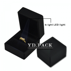 China supplier hot selling good quality fashion black leather jewelry ring box with LED for ring