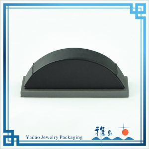 Classic Black leatherette jewelry display ramp for Bracelet display with factory price