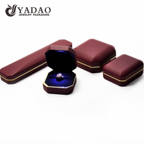 China LED jewelry box set which is covered with good leatherette; the interior is coated with velvet; durable in use; in stock. factory