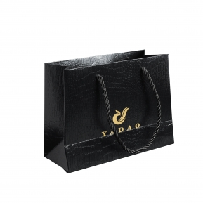 China YADAO China Logotipo Personalizado Fabricante de Jóias Crocodilo Grão UV Embalagem de Presente Bolsa Hot Stamping Black Girl Shopping Paper Bag fábrica
