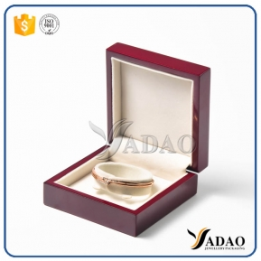 الصين مصنع high-end delicate oem wholesale portabl pretty lacquer finish velvet inside can make logo printing wooden pendant box